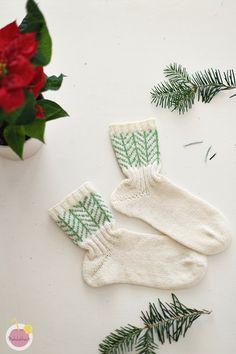 Jouluiset sukat varpaasta varteen – Mehukekkerit Knitting Socks, Mittens, Christmas Stockings, Xmas, Sewing, Holiday Decor, Crochet, Knit Socks, Fingerless Mitts