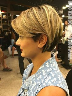 Linda lateral #cabeloscurtos #pelocorto #mulheres Older Women Hairstyles, Hairstyles Haircuts, Short Hair Cuts, Short Hair Styles, Older Women Fashion, Cute Cuts, Grow Out, Pixie Cut, Hair Looks