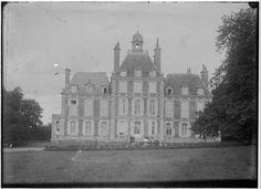 Château de Balleroy (Normandie): la façade sur jardin. Photo: photographe inconnu, vers 1890-1920. Archives départementales de la Manche, 75 Fi 36. | http://recherche.archives.manche.fr/?id=recherche_documents_figures_detail&doc=accounts%2Fmnesys_ad50%2Fdatas%2Fir%2Fimages%2FPhotographies%2FFRAD050_00761_hacouville%2Exml&page_ref=4647&unittitle=Balleroy%20:%20la%20fa%C3%A7ade%20sur%20jardin%20du%20ch%C3%A2teau.&unitid=75%20Fi%2036&unitdate=1890-1920