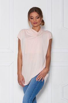 Tričko s krátkym rukávom, ušité z príjemného materiálu, ktorý Vám zaručí pohodlie počas celého dňa. Vhodné k džínam, nohaviciam či sukni.