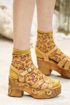 Anna Sui at New York Fashion Week Spring 2019 - Details Runway Photos Source by angel_on_globe fashion week New York Fashion, Gold Fashion, Fashion Shoes, The Maxx, Mode Shoes, Funky Shoes, Socks And Sandals, Anna Sui, Vintage Shoes