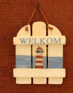 MINIDESIGN: Welkom zomer - Welcome sign how too, great for the beach hut scene. Small Wood Projects, Projects To Try, Diy Dollhouse, Dollhouse Miniatures, Tiki Man, Minis, Barbie Doll House, Beach Christmas, Miniature Furniture