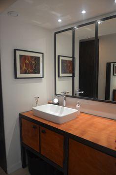 Meuble de salle de bain réalisé dans un esprit classic chic, moderne et des touches indus, façades en bois teinté merisier et structure entièrement métallique