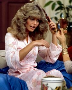 Here's the mighty Farrah brushing that world famous mane of thick, gorgeous, big blonde hair. Farrah single-handedly started a big hair trend that lasted more than 15 years! Corpus Christi, Santa Monica, Farrah Fawcett, New Hair Do, Big Hair, Vintage Hairstyles, Pretty Hairstyles, Divas, Blonde Actresses