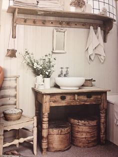 Bad badezimmer gestaltung holztäfelung shabby chic Be There For Your Kid Finding time to bond with y Ideas Baños, Decor Ideas, Lamp Ideas, Primitive Bathrooms, Farmhouse Bathrooms, Small Rustic Bathrooms, Country Bathrooms, Bathroom Small, Small Bathtub