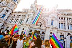 Bandera arcoiris en el Ayuntamiento de Madrid. TENMAG Magazine. June 2017.