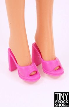 Simple and perfect heels for any occasion. Should fit all Barbies with rubber feet.