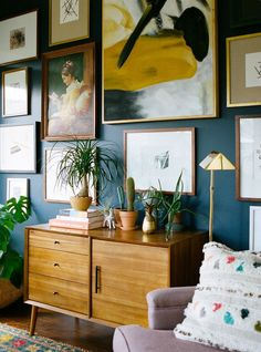 Could do a full wall gallery wall in dining room. I love lots of paintings hung on a dark wall, it shows up the frames as well as the arwork. Inspiration Wand, Interior Inspiration, Living Room Decor, Living Spaces, Eclectic Bedroom Decor, Dining Room, Decor Room, Living Area, Nursery Decor