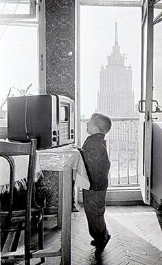 Фотография - Мальчик и телевизор - Фотографии старой Москвы | Photo - A boy and a television - Photos of old Moscow