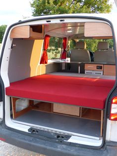 L'aménagement West possède le lit le plus spacieux. Van Mania vous propose The West layout has the most spacious bed. Van Mania offers 4 development kits to transform your van into a recreational Hiace Camper, Car Camper, Mini Camper, Camper Trailers, Auto Camping, Minivan Camping, Custom Car Interior, Van Interior, Mercedes Vito Camper
