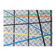 IKEA - SKRAMMEL, Prikbord, , Decoratief prikbord van textiel dat je horizontaal of verticaal aan de muur kan hangen.Geen spelden of punaises nodig. Je kind kan z'n tekeningen, foto's of spulletjes gewoon achter de gekruiste banden stoppen.