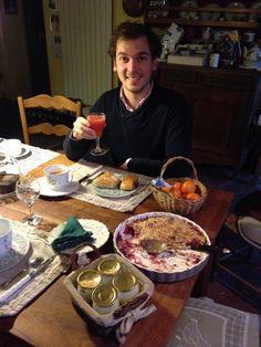 Jérôme pose avec son petit déjeuner de Roi ;) !