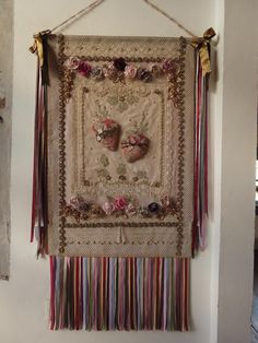 Artesanato do Bichinho na novela da Globo Crazy Quilting, Altar, Diy And Crafts, Arts And Crafts, Metal Embossing, Church Banners, Arte Popular, Sacred Heart, Religious Art