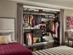 une armoire intégrée avec des rideaux dans la chambre à coucher