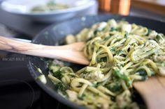 Zubereitung: 5 Min. Kochzeit: 15 Min. Zutaten für 4 Personen: 3 EL Olivenöl 2-3 EL Mehl 350 g Hähncheninnenfilet 1 Zwiebel 2 Knoblauchz...