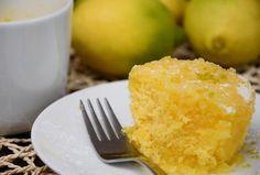 Não é magia, é um bolo que se faz mesmo em três tempos  INGREDIENTES Bolo Ovo 1 unidade Açúcar 50 g Farinha 50 g Manteiga Sem Sal 30 g Sumo de limão 1 colher de sopa Cobertura Açucar em pó 4 colheres de sopa Sumo de limão 1 colher de sopa Raspas de limão para decorar adicionar a gosto - Chantilly (facultativo) adicionar a gosto -