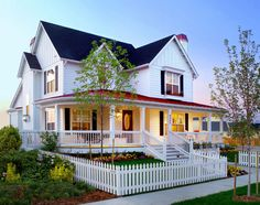 Informal super Picket Fence decorating ideas for Magnificent Exterior Farmhouse design ideas with board and batten chimney curb appeal farmhouse front porch front yard gables Modern Farmhouse Exterior, Farmhouse Front, Farmhouse Design, Farmhouse Style, Victorian Farmhouse, White Farmhouse, Industrial Farmhouse, Modern Industrial, Farmhouse Decor