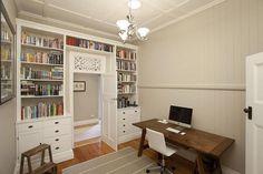 Boekenkast rondom een deur.