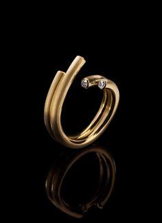 Ring aus 18kt Gelb- oder Weißgold und nach Wahl besetzt mit Diamanten im Brillantschliff.