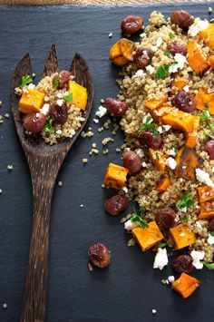 This Butternut Squash Quinoa Salad is a delicious & flavorful quinoa salad made of caramelized butternut squash, creamy goat cheese, roasted grapes & basil!