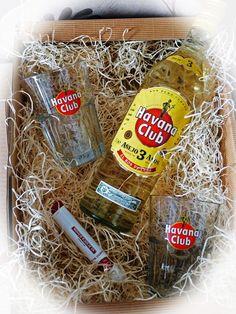 In diesem Geschenkset erhalten Sie einen echten kubanischen Rum zusammen mit einem original Havana Club Cocktailglas und einer stillechten Zigarre aus dem Hause Romeo Y Julieta. Geniessen Sie ein Stückchen Kuba zu Hause.