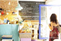 El Café El Mar / Tiendita EnBioVerde está en la calle Embajadores 31, Madrid. Metros Lavapiés (L3) y Tirso de Molina (L1). Abre todos los días de 10 de la mañana a 10 de la noche. Contacto por teléfono (619 457 275) y enbioverde(arroba)gmail.com