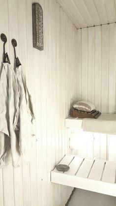 Valkoinen sauna, vanhat koukut pefleteille.