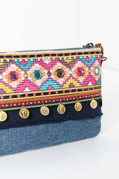 The other side of this bag is also quite nice in between summer ikats. Denim, shells, pom-poms, mirrors, and lots of textures... the perfect combination this summer.