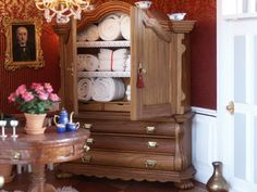 Dollhouse by Annemarie Kwikkel, dollhouse dolls IGMA artisan. Dutch cabinet, made by her father in law from just a piece of oak wood. Barbie Furniture, Dollhouse Furniture, Dollhouse Dolls, Dollhouse Miniatures, Tiny World, Dollhouses, Dutch, Law, Artisan
