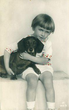 pc meisje teckel 1920 by janwillemsen, via Flickr