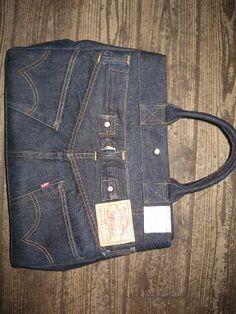 世界中のどこを探しても、このLEVIS復刻ジーンズで リメイクしたバッグはないでしょうね。 リジットに近いワンウォッシュなので、 ここまで青々とインディゴが残っているジーンズなのに、 よく考えりゃいいのに、バッグにしてしまった 愚かなおっ