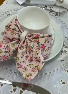 Easy Napkin Folding, How To Fold Napkins, Folding Napkins, Ramadan Decorations, Table Decorations, Dinner Napkins, Diy Home Crafts, Diy Table, High Tea