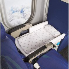 Travel Gadget Turns Airplane Seats Into Beds for Toddlers Flying with babies and toddlers just got a whole lot easier thanks to this genius gadget.Flying with babies and toddlers just got a whole lot easier thanks to this genius gadget. Traveling With Baby, Travel With Kids, Traveling By Yourself, Travel Bed For Toddler, Toddler Travel Bed, Baby Travel Bed, Travel Cot, Girl Travel, Materiel Camping
