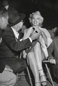 Marilyn Monroe at a charity baseball game at Gilmore Field Stadium, LA, 1952 : OldSchoolCelebs Old Hollywood Stars, Golden Age Of Hollywood, Classic Hollywood, Hollywood Glamour, Vintage Hollywood, Hollywood Actresses, Marilyn Monroe Wallpaper, Marilyn Monroe Photos, Baseball Game Outfits