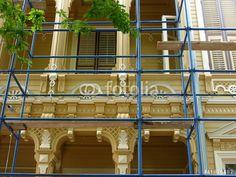 Baugerüst vor der Fassade eines liebevoll restaurierten Holzhauses auf einer Prinzeninsel