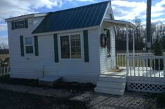This is Michelle's Pawsitively Tiny House near Columbus, Ohio. She just sent us some new pictures in response to some reader requests. Michelle went tiny after spending a year living in a boa… Tiny House Talk, Best Tiny House, Building A Tiny House, Tiny House Living, Tiny House Plans, Tiny House On Wheels, Tiny House Design, Tiny Apartments, Tiny Spaces