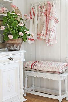 VIBEKE DESIGN: Mere...sommer i rødt & hvitt...I like the bench for folded afghans...