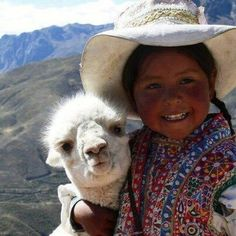 girl hugging a lama Precious Children, Beautiful Children, Beautiful People, Amazing People, We Are The World, People Around The World, Alpacas, Animals For Kids, Animals And Pets