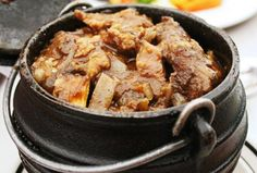 Skenkelpotjie-resepte Braai Recipes, Steak Recipes, Dinner Recipes, Cooking Recipes, One Pot Meals, Main Meals, Lamb Dishes, South African Recipes, Outdoor Food
