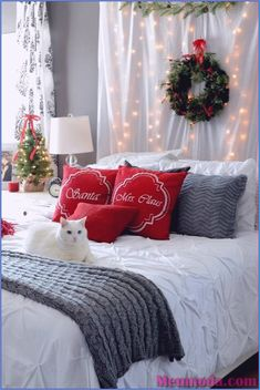 25 Christmas Bedroom Decor Ideas for a Cozy Holiday Bedroom! These fabulous Christmas bedroom decor ideas will help get your home ready for the holiday season! Here's how to decorate a bedroom for Christmas. Decoration Christmas, Noel Christmas, Country Christmas, Christmas Lights, Magical Christmas, Outdoor Christmas, Xmas Decorations, Christmas Kitty, Christmas Porch