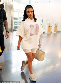 Kim Kardashian sports Michael Jackson and Prince T-shirt at JFK kimkardashianstyle Jet setter: Keeping Up with the Kardashians star Kim Kardashian West dressed down to catch a flight out of JFK Airport in New York on Tuesday 851602610773911534 Kim Kardashian Blazer, Kim Kardashian Bikini, Looks Kim Kardashian, Estilo Kardashian, Kardashian Style, Kardashian Jenner, Kim Kardashian Yeezy, Travis Scott Shirt, Yeezy Outfit