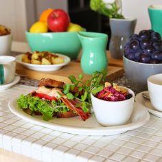 今、北欧でもっとも革新的なブランドのひとつがデンマークのKahler(ケーラー)。1839年に陶芸家のハーマン・J・ケーラーが創設した陶磁器ブランドです。歴史ある伝統やテクニックを守り抜き、その上で才能ある現在のデザイナーが新たな表現にアレンジして、作品にいかしています。 Food For Thought, Meat, Chicken, Tableware, Dinnerware, Tablewares, Dishes, Place Settings, Cubs