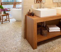 Voelt heerlijk aan je voeten deze riverstone pebble vloer. ook niet duur trouwens. de vloer dan de meubelen wel.