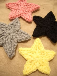 How to crochet stars (link not in English but there is a pattern and step-by-step pictures). Crochet Stars, Cute Crochet, Crochet Crafts, Yarn Crafts, Crochet Flowers, Yarn Projects, Knitting Projects, Crochet Projects, Crochet Motifs