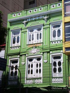 Farmácia República  Inaugurada em 1906, em pleno período Áureo da Borracha, essa farmácia situada na Praça da República, no Centro de Belém, preserva, tanto externa quanto internamente, as características arquitetônicas de quando da sua inauguração.