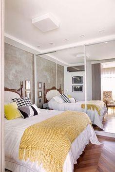 quarto com parede de cimento queimado e piso de madeira