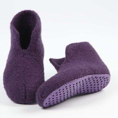 Lovely woollen slippers knitted on No. 6 knitting needles and felted in the washing machine. Knitting Patterns Boys, Knitting For Kids, Baby Knitting, Crochet Socks, Knitting Socks, Knit Crochet, Felted Slippers Pattern, Knitted Slippers, Homemade Shoes