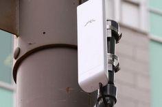 Cette borne ZAP est alimentée par de la fibre optique déjà en place pour faire fonctionner une caméra de gestion de la circulation au coin du boulevard Charest et de la rue de la Couronne à Québec. - Des bornes ZAP liées aux caméras de circulation de la ville Circulation, Fibre, Coin, Rue, Place, Techno, Track Lighting, Innovation, Ceiling Lights