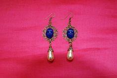 """Boucles d'oreille """"scarabée bleu"""" : scarabées pâte de verre bleue perles baroque verre nacré forme gouttes attaches : Boucles d'oreille par lericheattirail"""