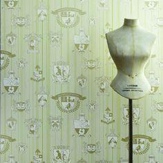 Morsom vri på denne stilige tapeten fra designerduo Barneby Gates. Se ekstra nøye på noen av våpenskjoldene.